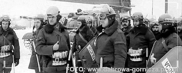 """19811214 DG - Gołonóg. Huta Katowice. STRAJK. Oddziały ZOMO przed Hutą Katowice. (FOTO: autor nieznany. Archiwum NSZZ """"SOLIDARNOŚĆ"""" HUTY KATOWICE)"""